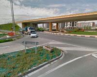 Un motorista sufre un accidente en la rotonda de Sarriguren