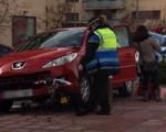 Un coche perdió el control ayer en la avenida Reino de Navarra de Sarriguren