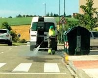 Técnicos de la Macomunindad limpian y higienizan los contenedores de basura de Sarriguren